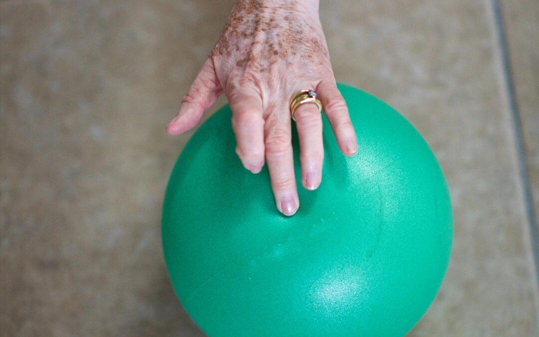 Eldre hånd holder pilatesball